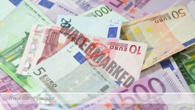Geldscheine Euro als Symbol für Finanzierungszinsen fallen weiter